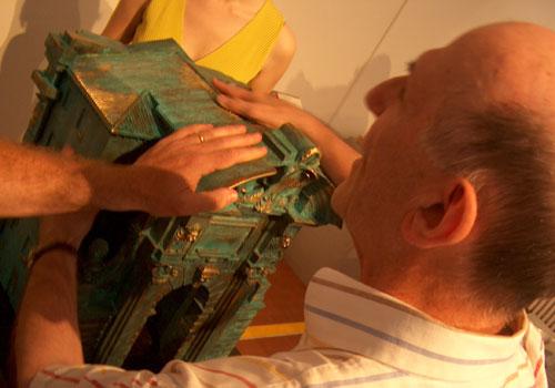 Aldo Grassini esplora il modellino in bronzo di Porta Pia di Ancona