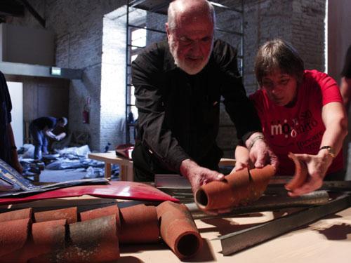 Michelangelo Pistoeltto e Daniela Bottegoni del Museo Omero allestiscono l'Italia riciclata