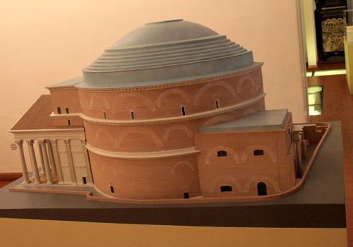 Mostra apoteosi da uomini a dei il mausoleo di adriano for Esterno pantheon