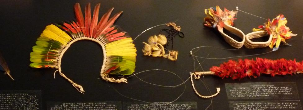Ornamenti realizzati con piume di pappagallo: corone e bracciali