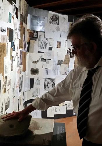 Paolo Annibali e la sua mano nell'argilla mostra Dirà l'argilla