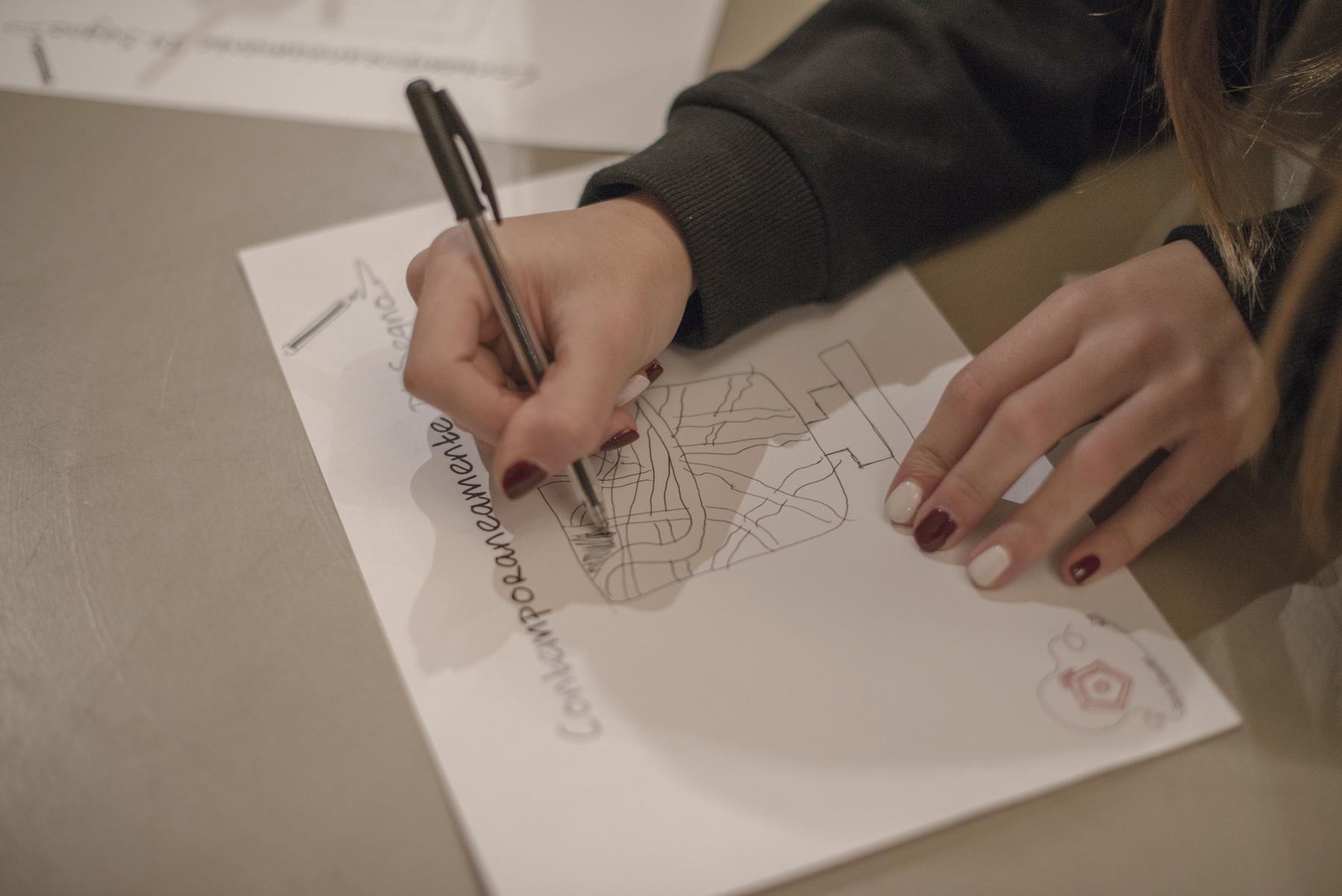 laboratorio ragazza che disegna