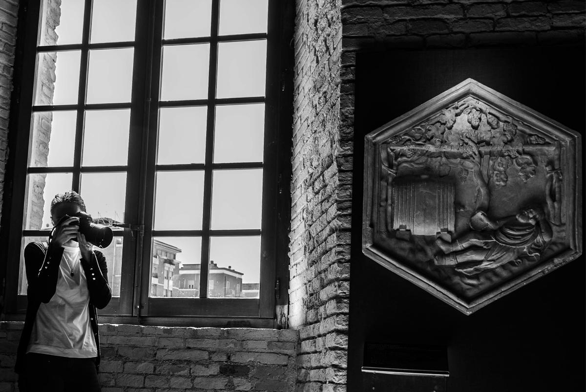 donna che tiene in mano una macchina fotografia all'interno del museo