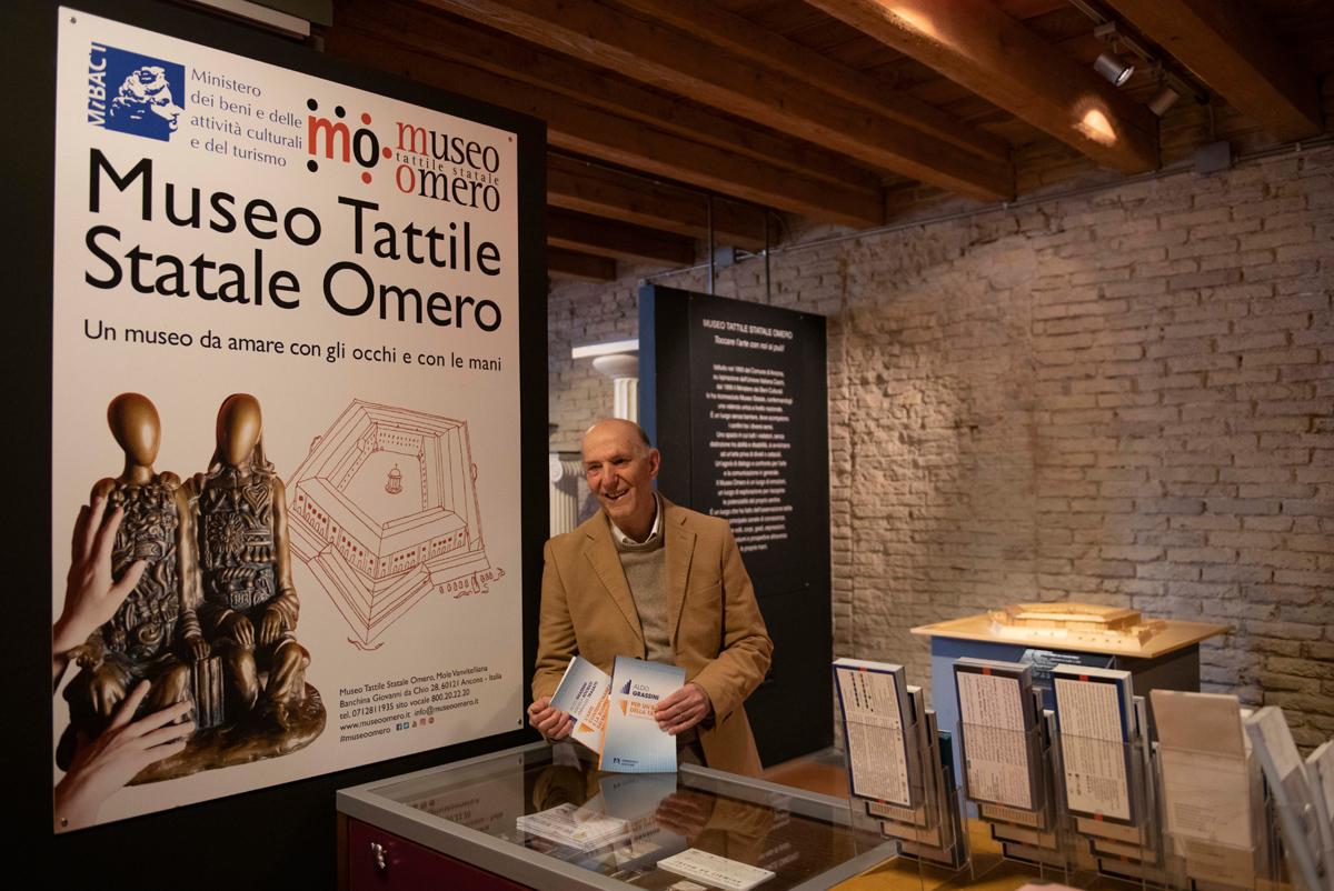 Aldo Grassini che presenta il suo libro