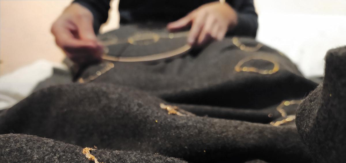 L'artista Giovanni Gaggia cuce il suo arazzo