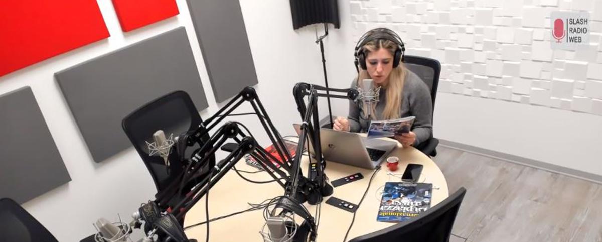 conduttrice radiofonica in diretta dallo studio di Slash Radio Web