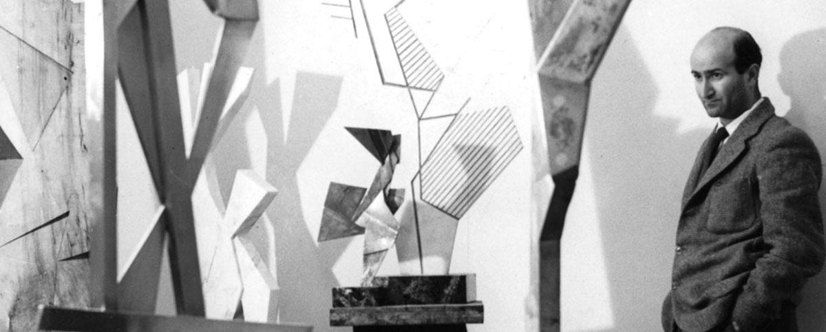 Pietro Cosagra nel suo studio in Piazza del Popolo