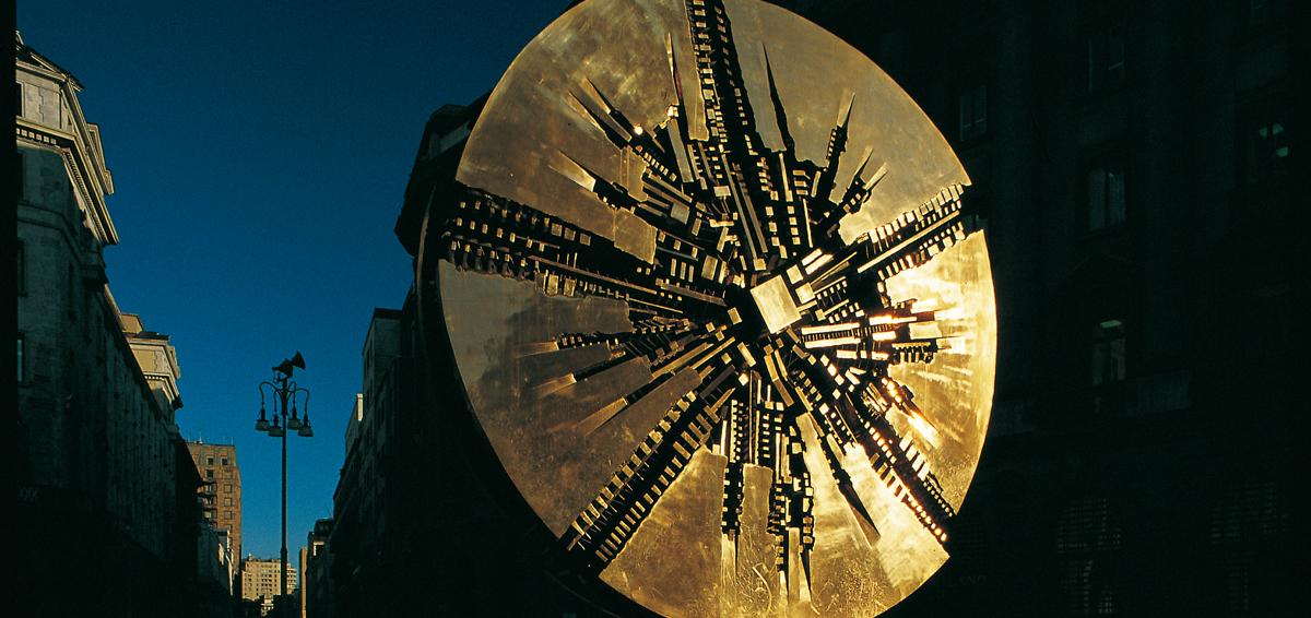 Grande Disco di Piazza Meda a Milano. Realizzato da Arnaldo Pomodoro nel 1972