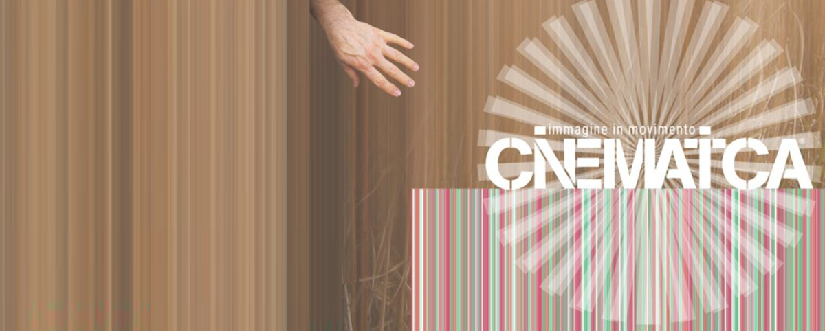 mano che appare su parete di legno a toccare la parola Cinematica