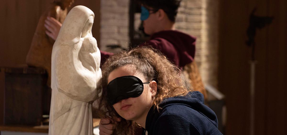 ragazza che tocca un'opera del museo