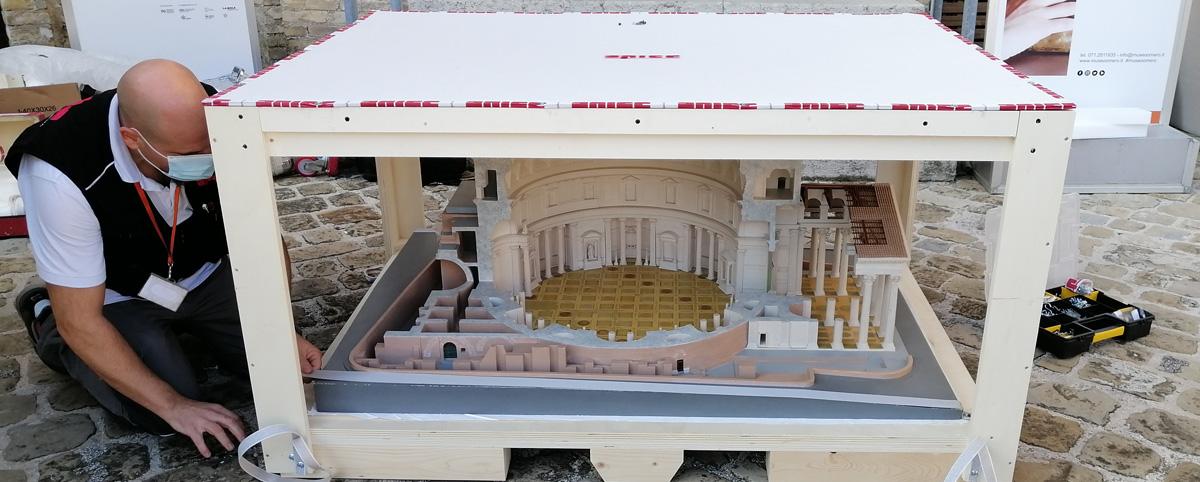 Il modellino Pantheon all'interno di un contenitore